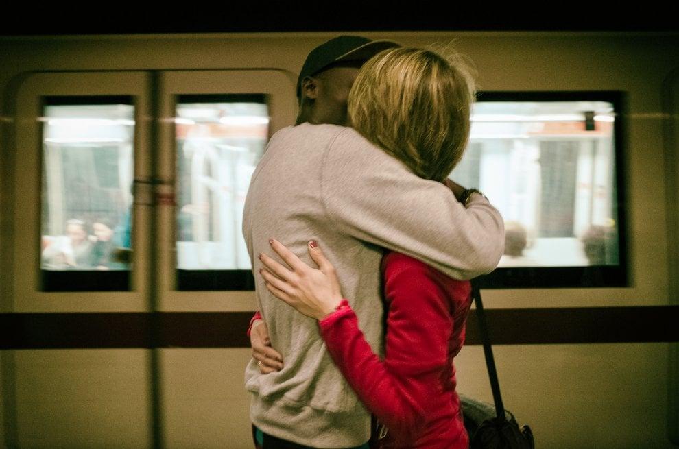 baci e abbracci in metropolitana a Roma